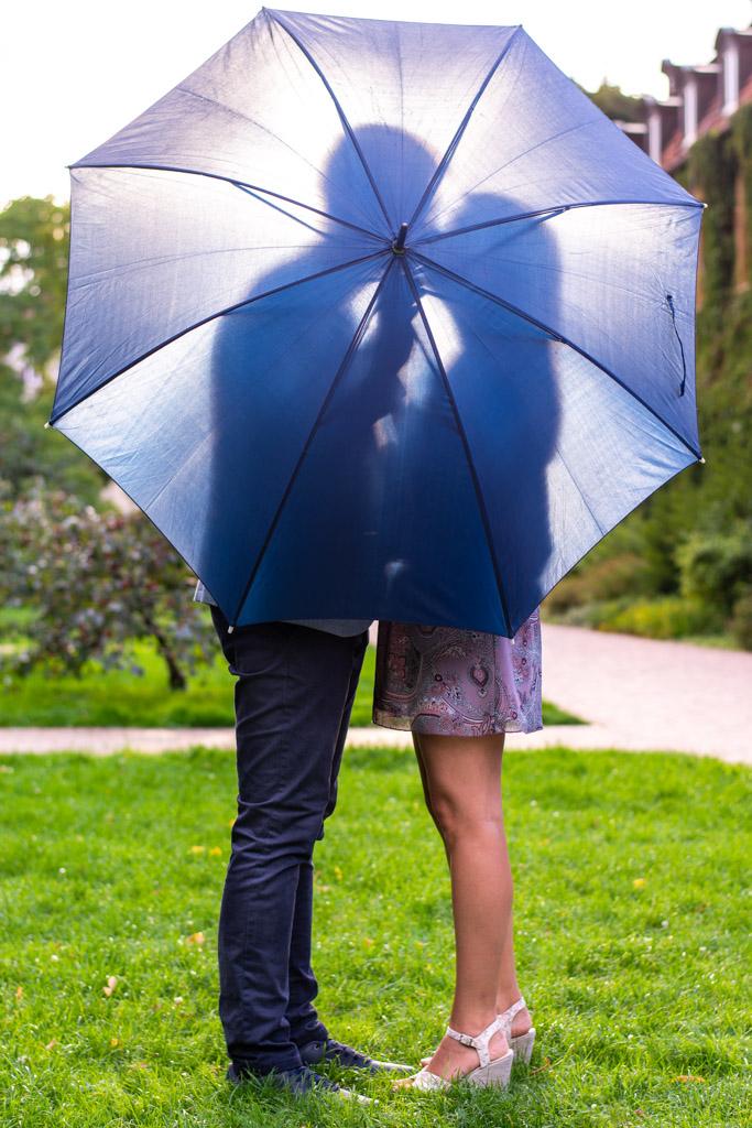 sesja narzeczeńska gdańsk park oliwski zdjęcie z parasolem